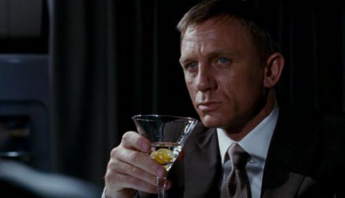 Nhân vật James Bond trên màn ảnh thường xuyên xuất hiện với ly rượu trên tay. Ảnh: Consequence of Sound.