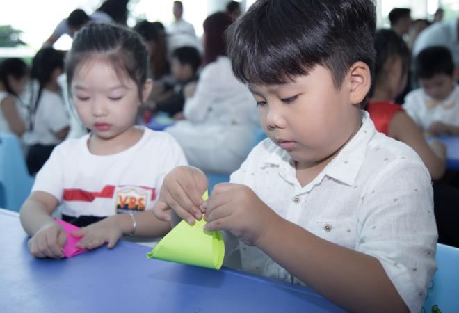 Trẻ tham gia gấp hạc giấy gây quỹ từ thiện tại Bệnh viện Gia An 115 sáng 18/12. Ảnh: C.N