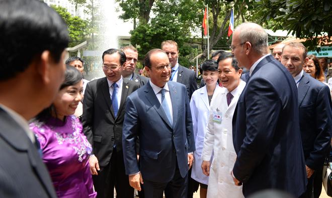 Tổng thống Francois Hollande gặp gỡ Bộ trưởng Y tế Nguyễn Thị Kim Tiến và các y bác sĩ Việt Nam nhân chuyến thăm cách đây 2 năm. Ảnh: H.N