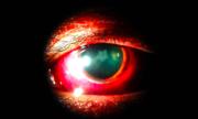 Ngôi sao xuất hiện trong mắt người đàn ông sau một cú đấm