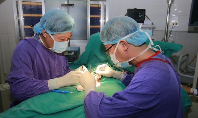 Bác sĩ phẫu thuật cắt tinh hoàn xoắn cho bệnh nhi. Ảnh: K.O