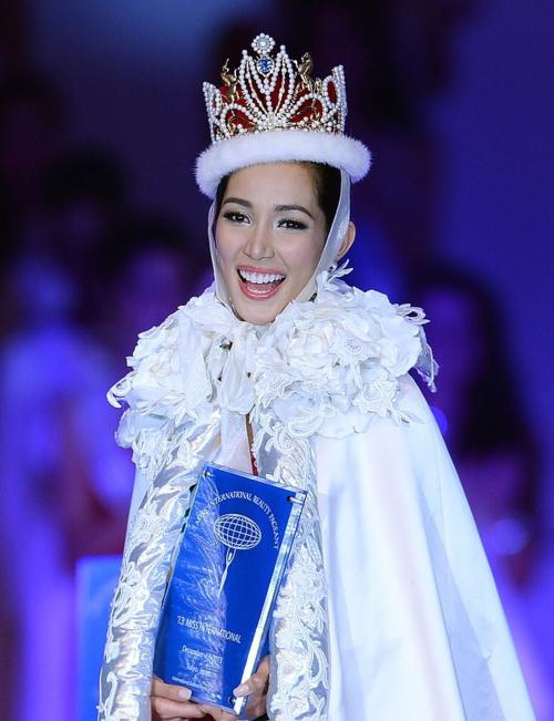 Santiago đăng quang Hoa hậu Quốc tế năm 2013. Ảnh: AFP.