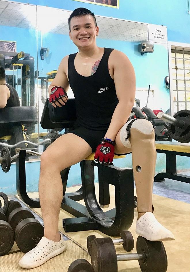 Chàng trai 25 tuổi luôn lạc quan dù mang đôi chân khuyết tật. Ảnh: Thùy An