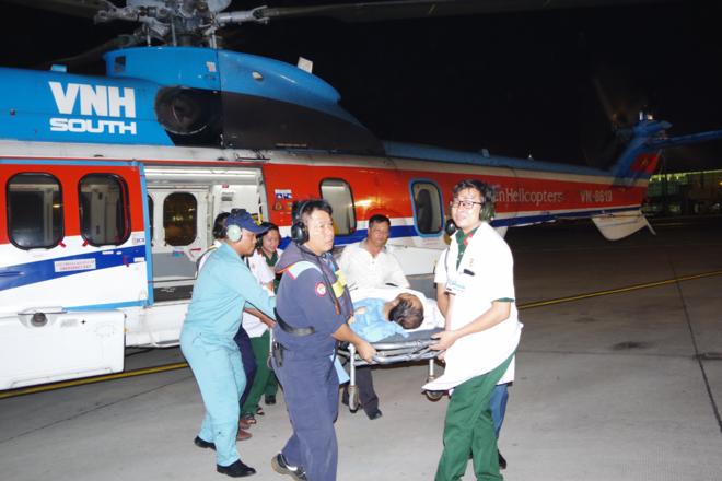 Trực thăng hạ cánh sân bay Tân Sơn Nhất, bệnh nhân được đưa về Bệnh viện Quân y 175 điều trị. Ảnh: Văn Chính