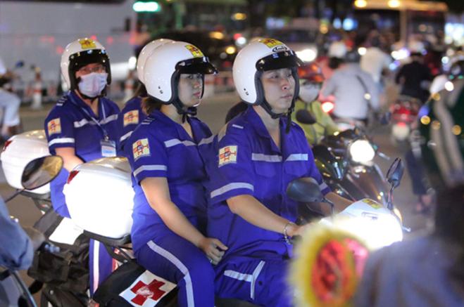 Bác sĩ, điều dưỡng của Trạm Cấp cứu vệ tinh 115 tại BV đa khoa Sài Gòn đi cấp cứu người bệnh bằng xe 2 bánh. Ảnh: medinet.