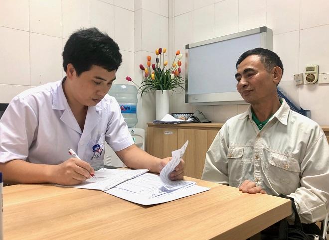 Bác sĩ đang kiểm tra lại xét nghiệm để phán đoán tình trạng bệnh nhân. Ảnh: Thùy An