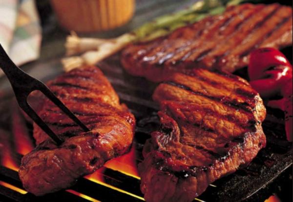 Ăn nhiều thịt đỏ làm tanwgnguy cơ mắc bệnh tim. Ảnh: Health