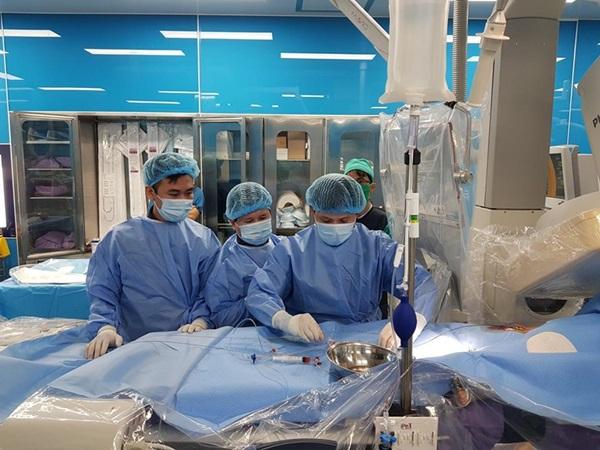 Các bác sĩ tiến hành can thiếp cho bệnh nhi. Ảnh: Bệnh viện cung cấp.