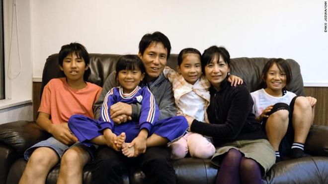Không có gì ngạc nhiên khi các gia đình ở thị trấn Nagi có từ 3 đến 5 đứa con. Ảnh: CNN
