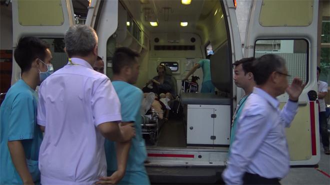 Nạn nhân được xe cứu thương đưa vào bệnh viện cấp cứu, chiều 1/1.