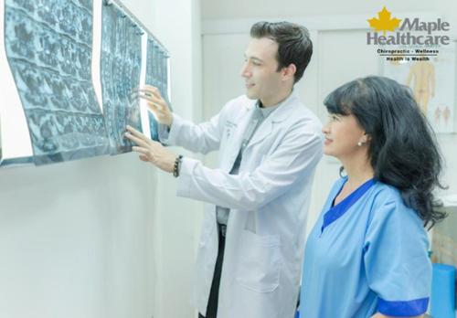 Bác sĩ Paul tư vấn cách chăm sóc và điều trị đau nhức xương khớp cho bệnh nhân.