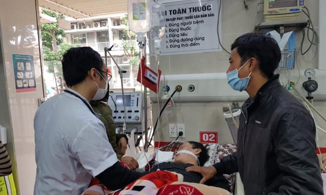 Bệnh nhân đột quỵ đang được cấp cứu tại Bệnh viện Bạch Mai. Ảnh: Thuý Hạnh.