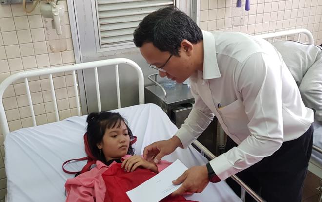 Ông Khuất Việt Hùng, Phó Chủ tịch Ủy ban An toàn giao thông quốc gia thăm hỏi các bệnh nhân điều trị tại Bệnh viện Chợ Rẫy sáng 3/1. Ảnh: Lê Phương.