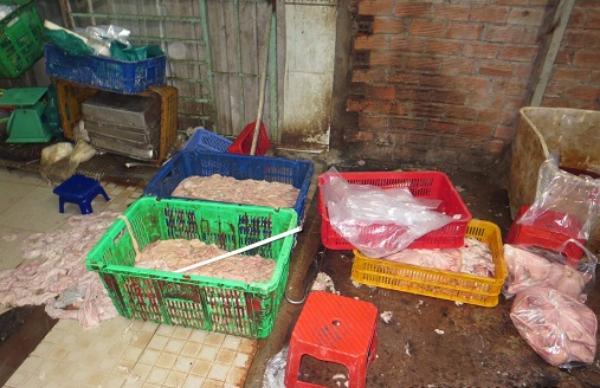 Lòng heo sau khi được tẩy trắng đổ tràn ra sàn nhà, được kiểm tra phát hiện tại cơ sở ở quận 12 trong năm 2018. Ảnh Ban An toàn thực phẩm TP HCM cung cấp.