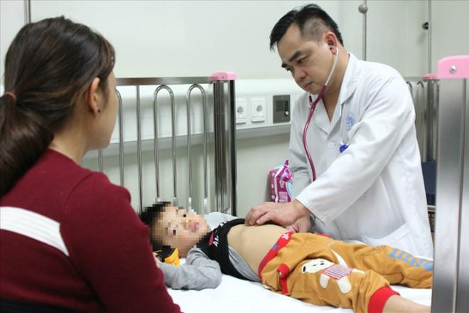 Bác sĩ Ngô Anh Vinh khám cho bé trai ăn nhầm thuốc. Ảnh: Thuỳ Linh.