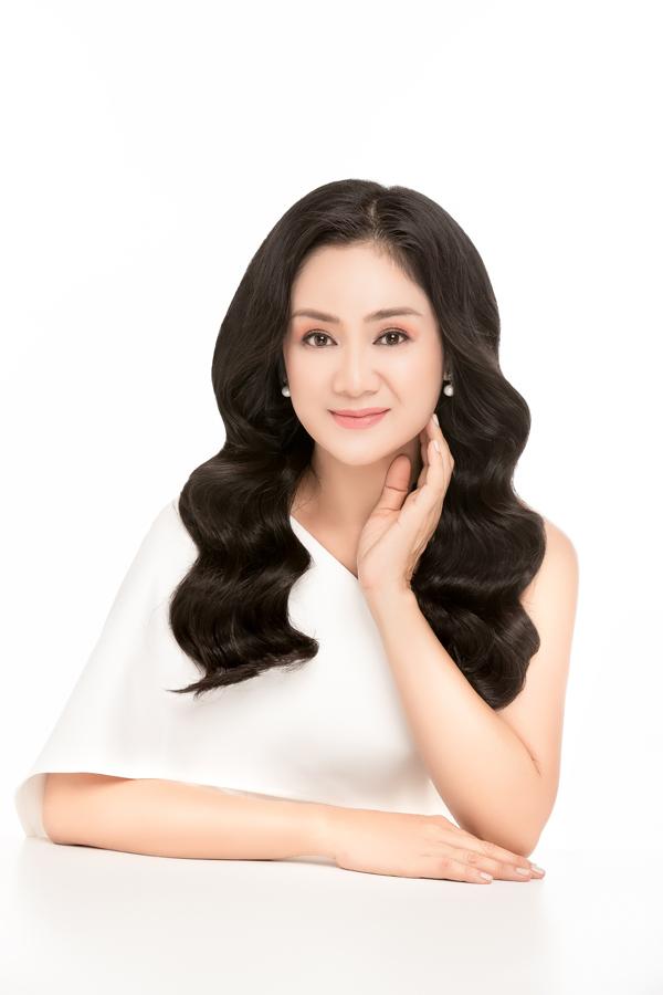 NSƯT Thu Hà đọ sắc cùng Hoa hậu Hoàng Dung, MC Minh Hà