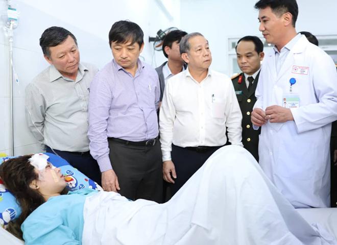 Bệnh nhân đã tỉnh táo sau phẫu thuật nối ghép cánh tay đứt rời. Ảnh: Nguyễn Đông.