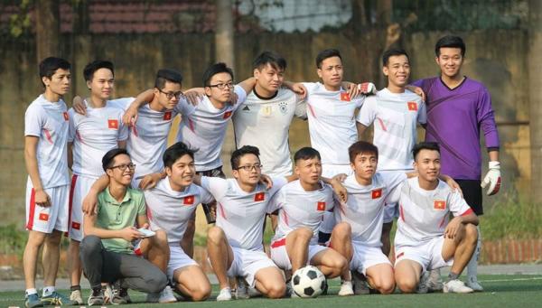 Sơn (áo tím) và đội tuyển bóng đá trongmột giải đấu tại trường. Ảnh: NVCC
