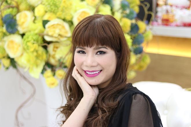 Chị Huỳnh Ngọc Loan (Việt kiều Mỹ) chọn bọc 16 răng sứ cercon. Sau trải nghiệm, chị tự tin hơn khi được khen cười đẹp, tự nhiên. Chị cho biết sẽ giới thiệu bạn bè nếu họ có nhu cầu làm răng.