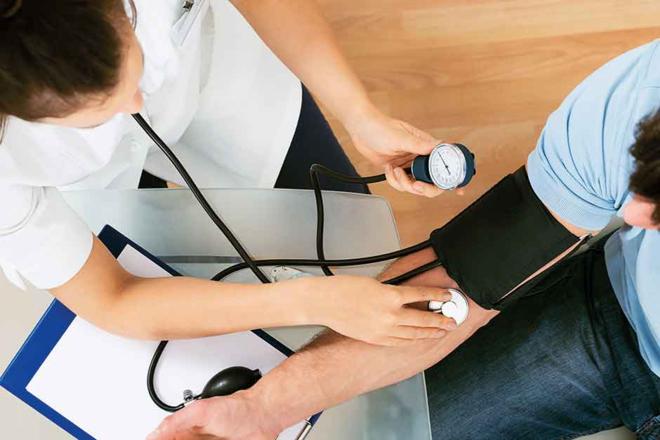 Người trẻ nên đi khám sức khỏe đều đặn để phòng tránh bệnh tăng huyết áp và nhiều biến chứng nguy hiểm. Ảnh: Gulf News