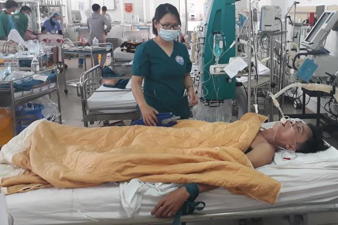 Ông Nhật khi đang hôn mê tại phòng cấp cứu bệnh viện Quảng Trị. Ảnh: Hoàng Táo.