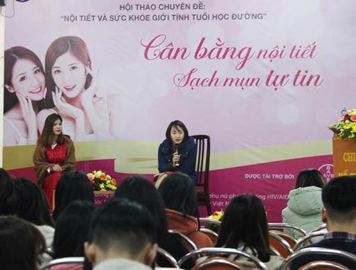 Bác sĩ Trương Huyền Trang, Bệnh viện Da liễu Trung ương chia sẻ kiến thức tại hội thảo Cân bằng nội tiết, sạch mụn tự tin.