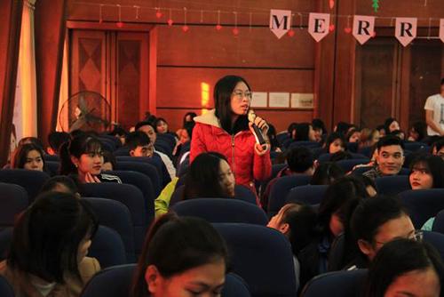 Tại hội thảo Nội tiết và sức khỏe giới tính tuổi học đường, các bạn sinh viên có cơ hội trực tiếp chia sẻ các nỗi lo về mụn và được các chuyên gia giải đáp tận tình.