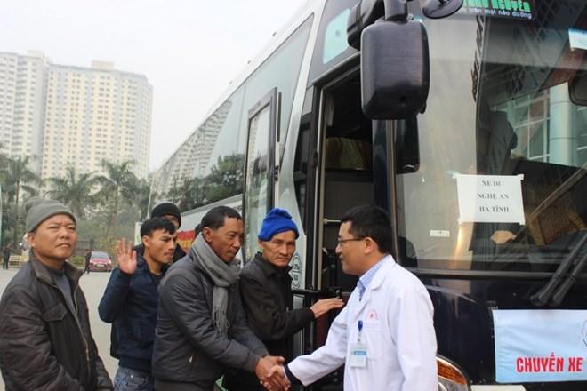 Những chuyến xe đưa bệnh nhân về quê đón Tết.