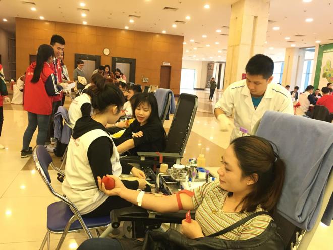 Tình nguyện viên tham gia hiến máu ngày 12/1. Ảnh: Lê Nga.