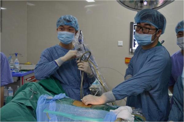 Các bác sĩ đang phẫu thuật nội soi tán sỏi qua da đường hầm nhỏ cho bệnh nhân. Ảnh: Bệnh viện cung cấp