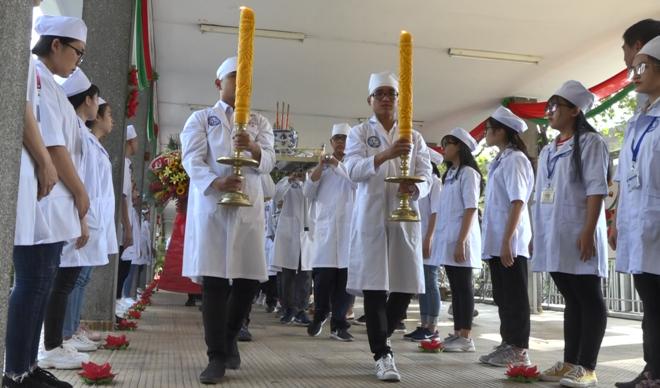 Các sinh viên Đại học Y dược TP HCMtại Lễ tri ân những người hiến xác cho y học chiều 16/1. Ảnh: Lê Phương.