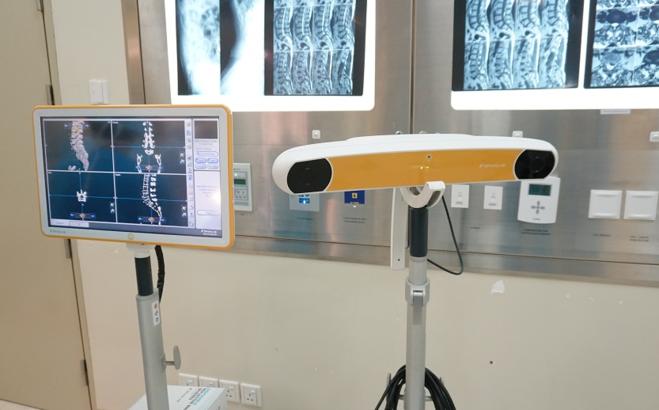 Máy định vị ứng dụng phần mềm Spine Navigation. Ảnh bệnh viện cung cấp.