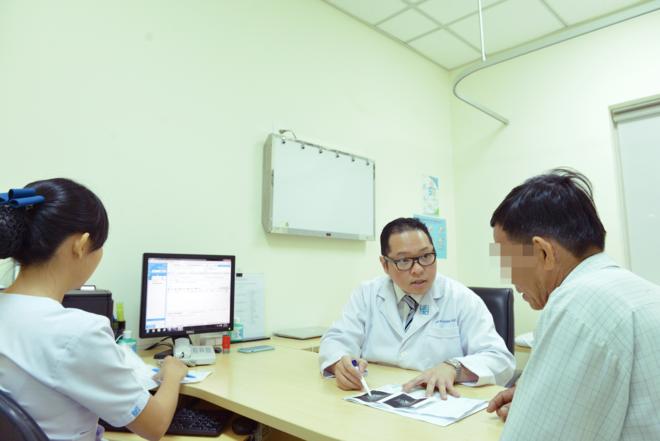 Bác sĩ đang thăm khám cho người bệnh tại Bệnh viện Đại học Y dược TP HCM. Ảnh: Bệnh viện cung cấp