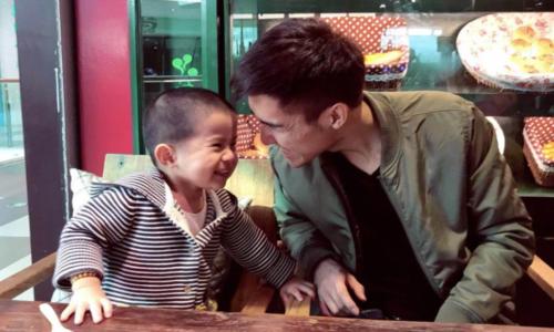 Bác sĩ Wang bên con trai. Ảnh: SCMP.