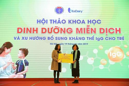 Đại diện Công ty Vita Dairy trao tặng quà tài trợ sữa cho Viện Nhi Trung ương.