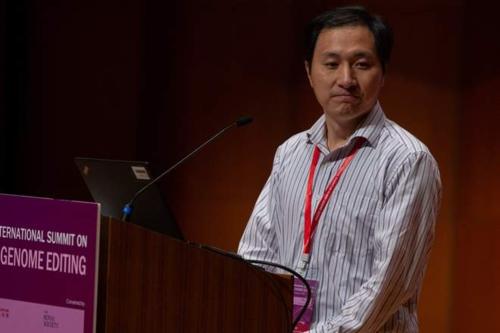 Ông Hạ Kiến Khuê phát biểu tại hội nghị chỉnh sửa gene hồi tháng 11/2018. Ảnh: EPA.