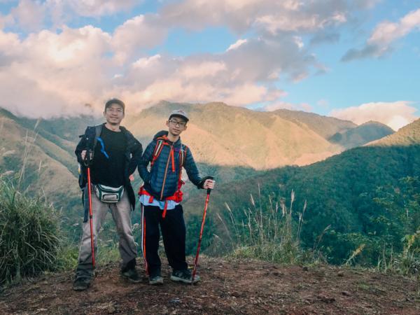 Vũ Doãn Bình (Phải) và bố trong hành trình chinh phục đỉnh núi.