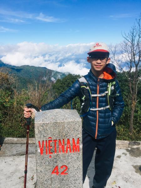 Cậu bé 12 tuổi Vũ Doãn Bình trên đỉnh của Pu Si Lung. Ảnh: NVCC