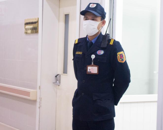 Thành, một bảo vệ khác trực tại phòng tiếp đón khoa Hồi sức cấp cứu. Ảnh: Thùy An