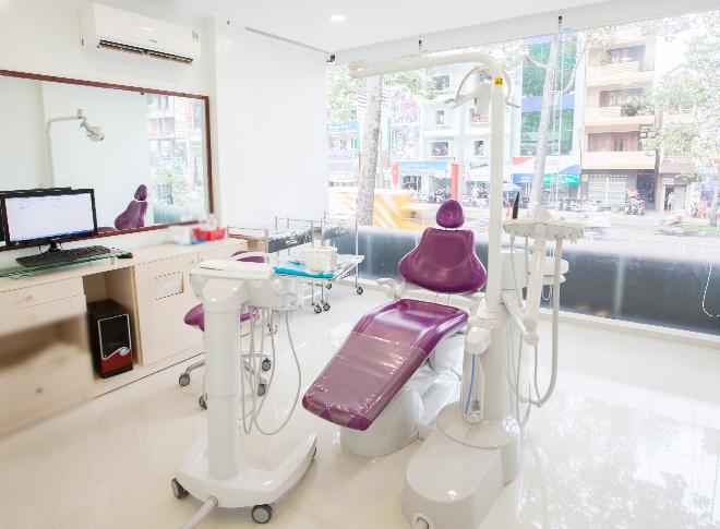 Phòng điều trị hiện đại được vô trùng bằng đèn cực tím trước mỗi ca điều trị.