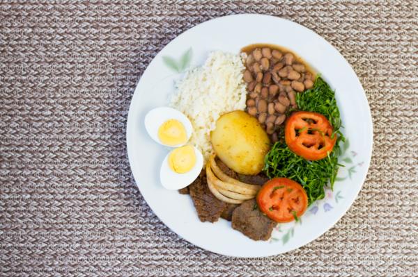 Một bữa ăn theo công thức Đĩa dinh dưỡng gồm rau củ, trái cây, chất đạm và carbohydrate. Ảnh: Health