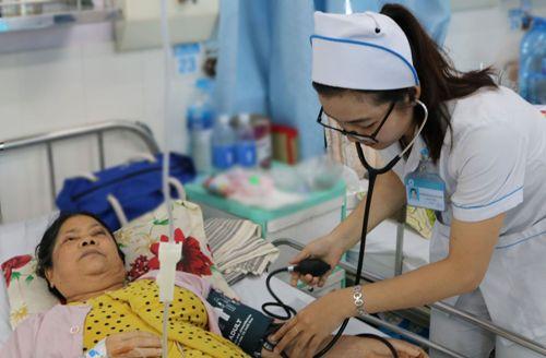 Ánh Tuyết chăm sóc cho bệnh nhân. Ảnh: Cao Khẩm.