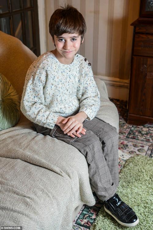 Hamish sinh ra với quả thận ở đùi do khiếm khuyết gene. Ảnh: SWNS.