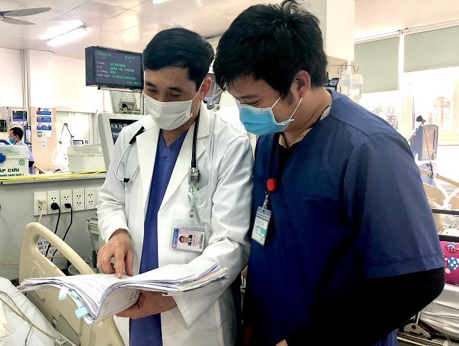 Anh luôn hỗ trợ đội ngũ y, bác sĩ hoàn thành tốt ca trực của mình. Ảnh: Thùy An