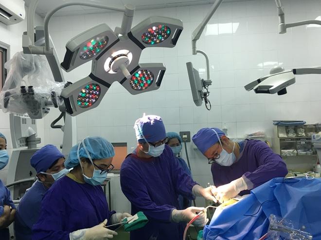Các bác sĩ phẫu thuật cho bệnh nhân u não. Ảnh: Kim Oanh.