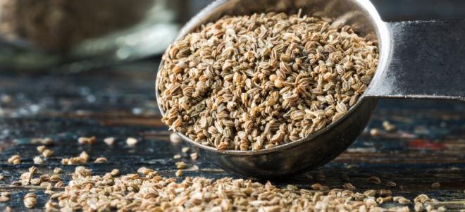 Hạt cần tây có tác dụng giảm đau, kiểm soát acid uric và ngăn chặn các gốc tự do.