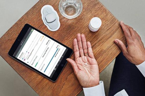 Những viên thuốc gắn hạt cảm biến truyền dữ liệu trong cơ thể bệnh nhân đến điện thoại và máy tính. Ảnh: The Verge.