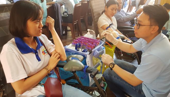 Những người hiến máu tình nguyện được nhân viên Bệnh viện Truyền máu Huyết học TP HCM tiếp nhận, ngày 29/1. Ảnh: Lê Phương.