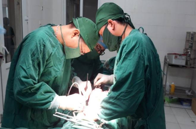 Bác sĩ phẫu thuật cắt khối u cho bệnh nhân. Ảnh: V.G