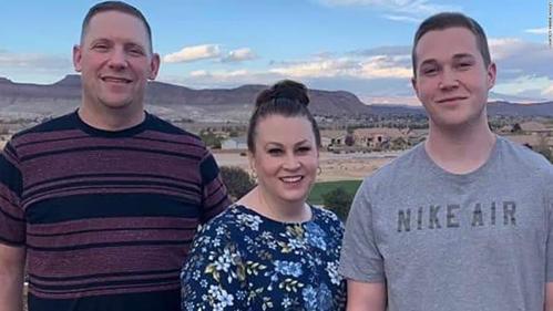 Dillon (ngoài cùng bên phải) bên gia đình. Ảnh: CNN.